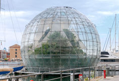 genoa Стеклянная сфера с заводом на портовом районе города Стоковые Изображения