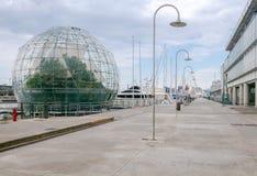 genoa Стеклянная сфера с заводом на портовом районе города Стоковое Фото