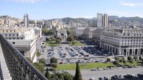 Genoa Center avec les bâtiments fascistes intéressants d'ère et les nouveaux skycrapers clips vidéos