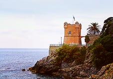 GENOA-NERVI ITALIEN Havssikt med det Gropallo tornet som byggs i 16ten Royaltyfria Bilder
