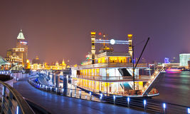 Genoegen-boot parken bij de dijk van Shanghai Stock Afbeeldingen
