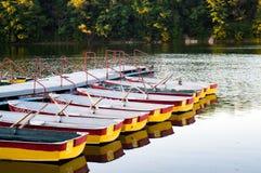 Genoegen het roeien boten die bij de pijler worden vastgelegd stock foto's