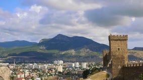 Genoese крепость, Sudak, Крым Горы против голубого неба с белыми облаками Облака цирруса, который побежали через голубое небо сток-видео