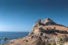 Genoese Festung in Krim auf einem Felsen auf dem Ufer des Schwarzen Meers Lizenzfreies Stockfoto