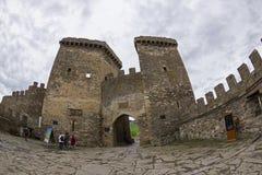 Genoese Festung in Sudak, Krim Eine kleine Gruppe Touristen herein Stockfoto