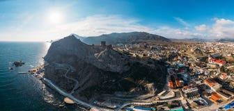 genoese sudak för crimea fästning Den flyg- panoramasikten av fördärvar av forntida historisk slott på vapen av berget nära havet arkivfoton