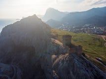 genoese sudak för crimea fästning Den flyg- panoramasikten av fördärvar av forntida historisk slott på vapen av berget nära havet royaltyfria foton