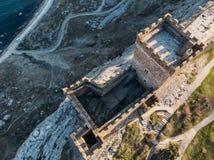 genoese sudak f?r crimea f?stning Den flyg- panoramasikten av fördärvar av forntida historisk slott eller fästning på vapen av be arkivfoto