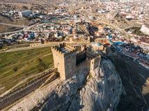 genoese sudak f?r crimea f?stning Den flyg- panoramasikten av f?rd?rvar av forntida historisk slott eller f?stning p? vapen av be royaltyfria foton
