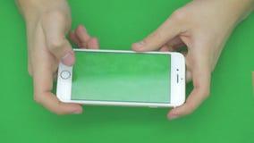 Genom att använda den smarta telefonen på den gröna skärmen med olika handgester, horisontellt, tätt upp - grön skärm lager videofilmer