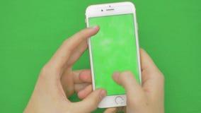 Genom att använda den smarta telefonen på den gröna skärmen med olika handgester, vertikal nära övre - grön skärm stock video