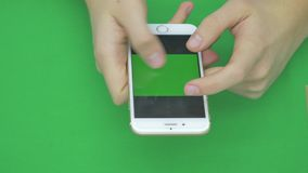 Genom att använda den smarta telefonen på den gröna skärmen med olika handgester, vertikal nära övre - grön skärm lager videofilmer