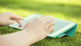 Genom att använda den utomhus- touchpaden stock video