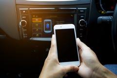 Genom att använda en smart telefon för att förbinda signalen i bilen ringa signalen Begreppskommunikationsteknologi, vägtur Royaltyfria Bilder