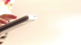 Genom att använda hemmastadda moderna teknologier stock video