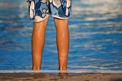 genomblöt våt kantpöl för pojke Royaltyfria Foton