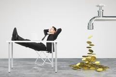 Genomblött begrepp för pengar med vattenkranen och mannen som vilar på a royaltyfri fotografi