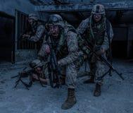 Genombrott för Marine Corps soldatkämpar med firefight arkivfoton