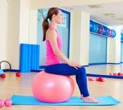 Genomkörare för övning för boll för schweizare för Pilates kvinnafitball royaltyfri foto