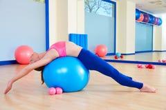 Genomkörare för övning för boll för schweizare för Pilates kvinnafitball fotografering för bildbyråer