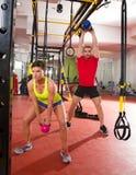 Genomkörare för övning för Crossfit konditionKettlebells gunga på idrottshallen Arkivfoto