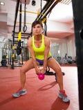 Genomkörare för övning för Crossfit konditionKettlebells gunga på idrottshallen royaltyfri fotografi