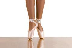 genomkörare för balettdanståspetsarna Arkivfoto