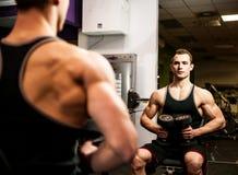 Genomkörare Handsom för ung man i konditionidrottshall Arkivfoto