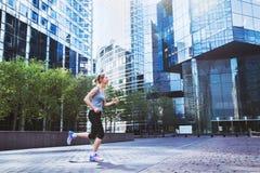 Genomkörare och sportbakgrund, stads- jogga, sportive kvinna royaltyfri bild