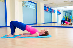 Genomkörare för övning för bro för Pilates kvinnaskuldra Royaltyfri Fotografi