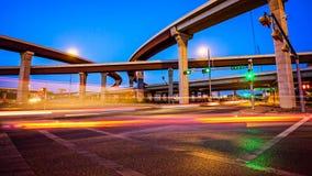 Genomskärning och trafik i Austin, Texas på natten arkivbild