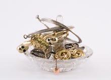 Genomskinlig cirkelhållare med guld- cirklar och armband Royaltyfri Foto