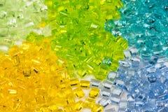 Genomskinlig färgad plast- granulates royaltyfria bilder