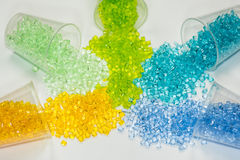 Genomskinlig färgad plast- granulates Arkivfoton