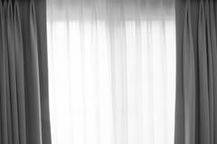Genomskinlig gardin på fönster Arkivfoton