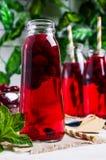 Genomskinlig röd drink av bär Arkivfoton
