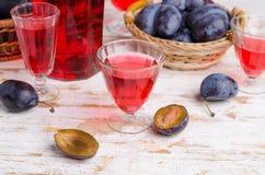 Genomskinlig röd drink i exponeringsglas royaltyfria foton