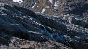 Genomskinlig is- sj? i bakgrunden av sm?ltningsglaci?ren Svartisen i Norge arkivfilmer