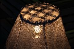 Genomskinlig tappning snör åt lampskärmcloseupen med den ljusa kulan inom att glöda i mörker Sjaskig chic lampa Retro lampdekor royaltyfria foton