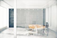 Genomskinlig vägg i konferensrum med möblemang och blackbaor Arkivfoton