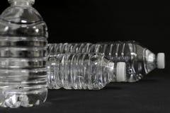 Genomskinliga dricksvattenflaskor Fotografering för Bildbyråer