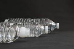 Genomskinliga dricksvattenflaskor Arkivfoton