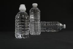 Genomskinliga dricksvattenflaskor Royaltyfria Bilder