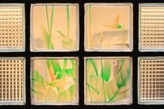 Genomskinliga Glass tegelplattor med färgrik blommamålarfärg Arkivbild