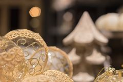 Genomskinliga julbollar med guld- prydnader royaltyfri fotografi