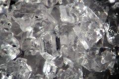 Genomskinliga kristaller för mikroskopiskt socker Matbakgrundstextur Toppen makronärbild för sötma vid mikroskopet Royaltyfri Foto