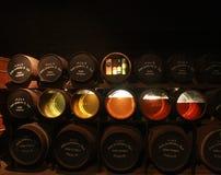 Genomskinliga nedersta trummor med prover i gammalt Midleton spritfabrikmuseum av irländsk whisky i kork Arkivfoto