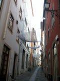 Genomskinliga scarves som hänger ovanför gatan Arkivfoton