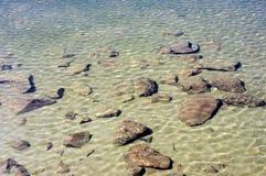 Genomskinliga vatten och stenar Royaltyfri Fotografi