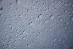 Genomskinliga vattendroppar på glass yttersida royaltyfria bilder